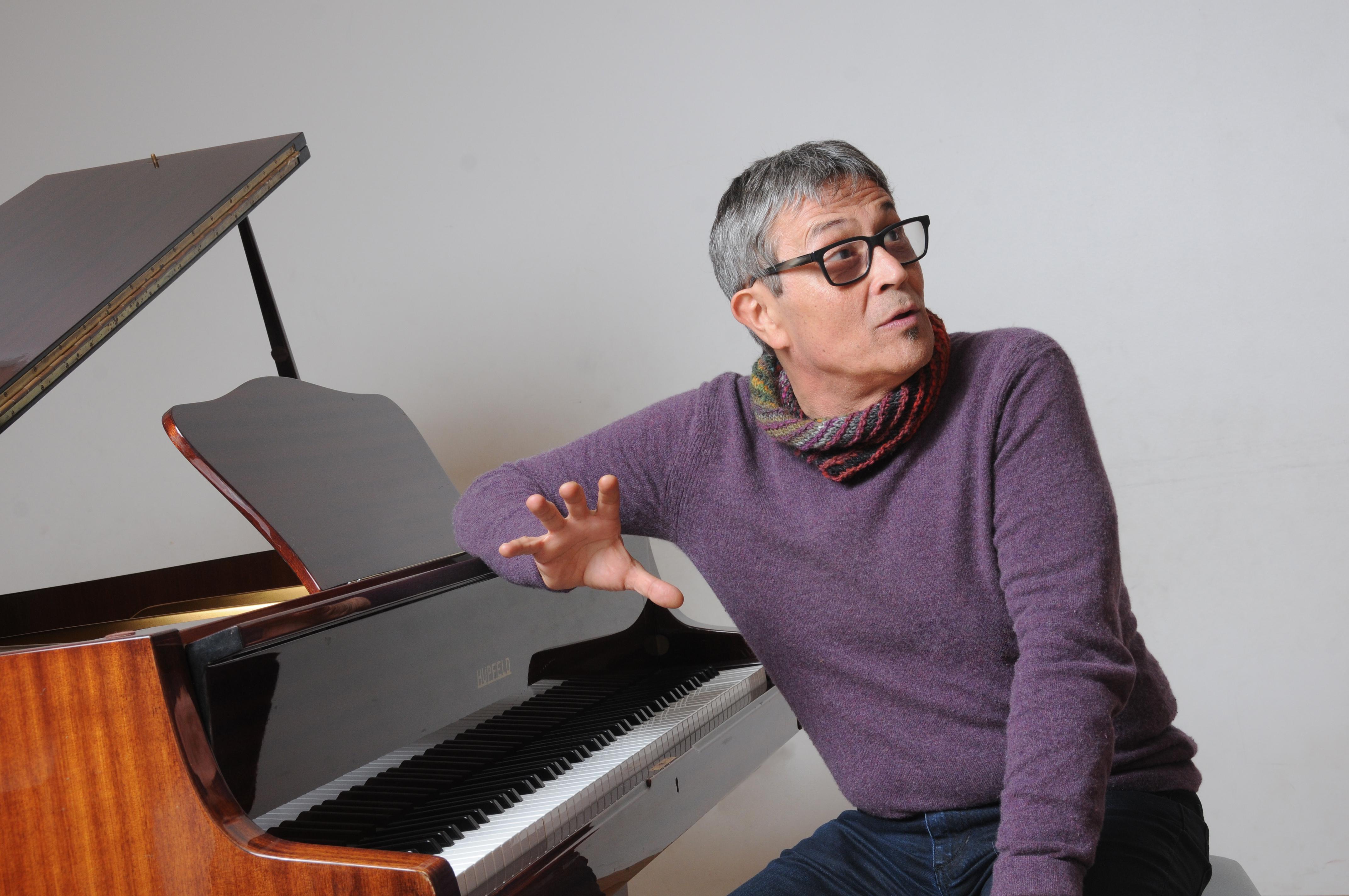 Plano medio sentado en piano Chano